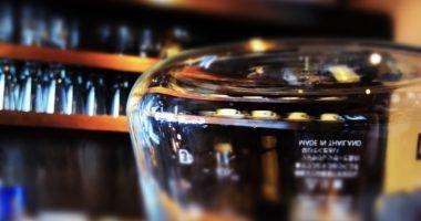 コーヒーサーバー越しに見るソーサー&カップ